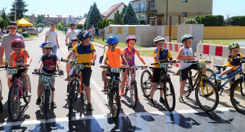 Rowerzyści na mecie wyścigów rowerowych o Puchar Burmistrza Miasta Zambrów.