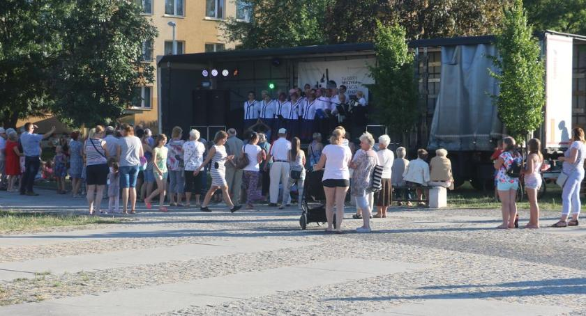 muzyka koncerty, Letnie muzykowanie świeżym powietrzu [foto] - zdjęcie, fotografia