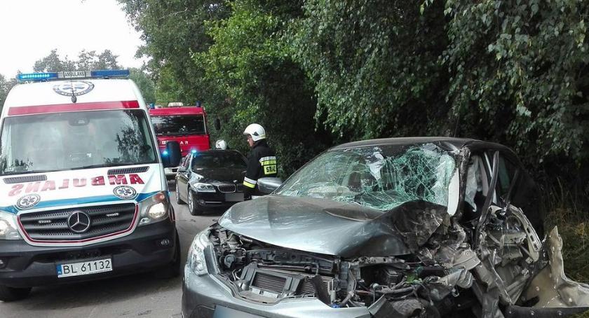 wypadki drogowe , Osobówka uderzyła drzewo - zdjęcie, fotografia