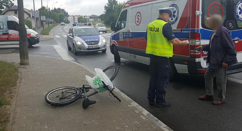 wypadki drogowe , Potrącenie rowerzysty skrzyżowaniu [foto] - zdjęcie, fotografia