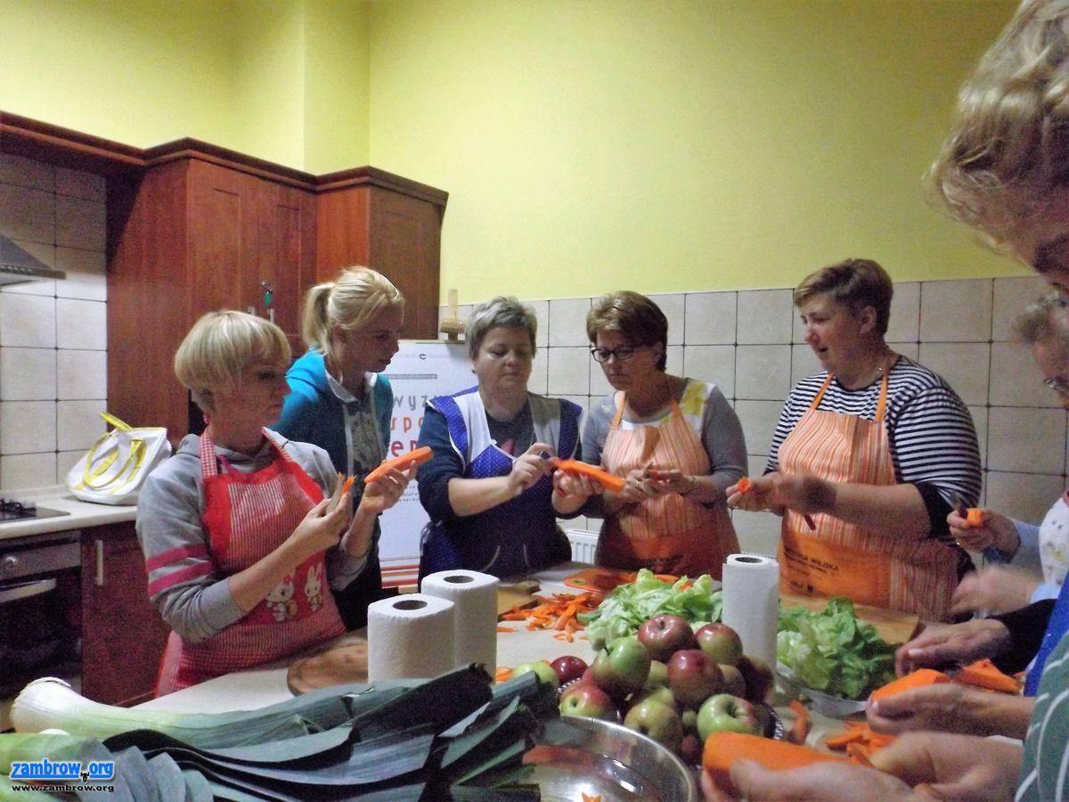 """wiadomości lokalne, """"Sztukmistrzynie"""" gminy Szumowo zakończyły carvingu dekorowania stołu - zdjęcie, fotografia"""