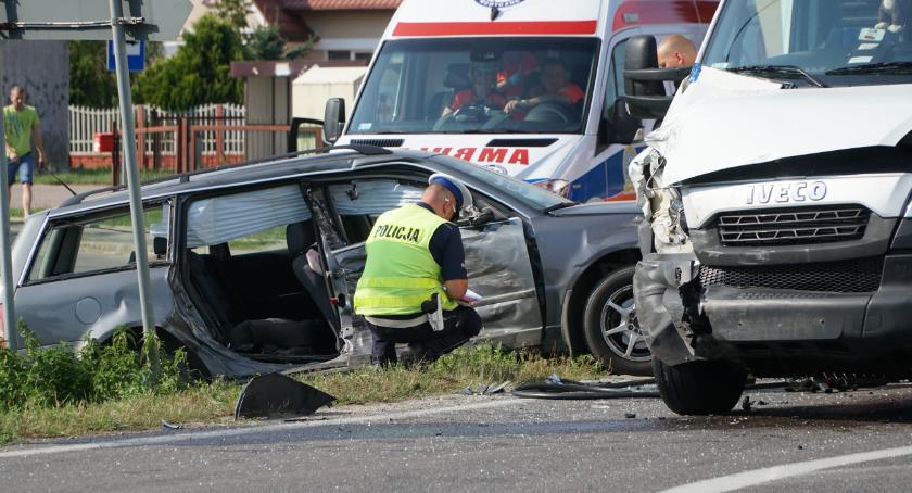 wypadki drogowe , Zderzenie osobówki samochodem dostawczym Uczestnicy przewiezieni szpitala [foto] - zdjęcie, fotografia