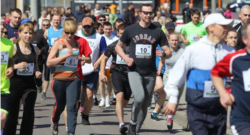 bieganie lekkoatletyka unihokej, Pobiegną charytatywnie - zdjęcie, fotografia