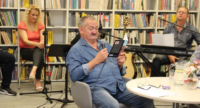 książki publikacje, Poetycki wieczór filii [foto] - zdjęcie, fotografia