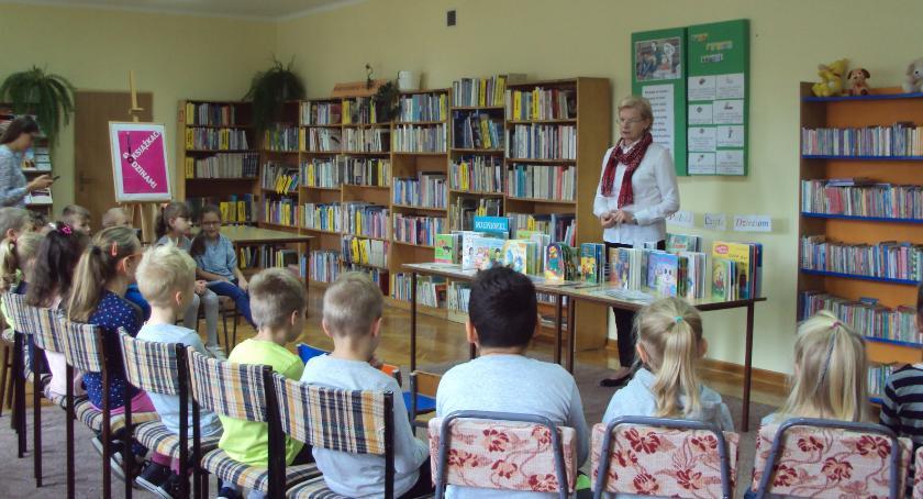 książki publikacje, Uczniowie bibliotece dziecięcej - zdjęcie, fotografia
