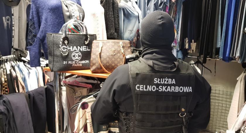policja, Podrobiona odzież zatrzymana białostockim targowisku - zdjęcie, fotografia