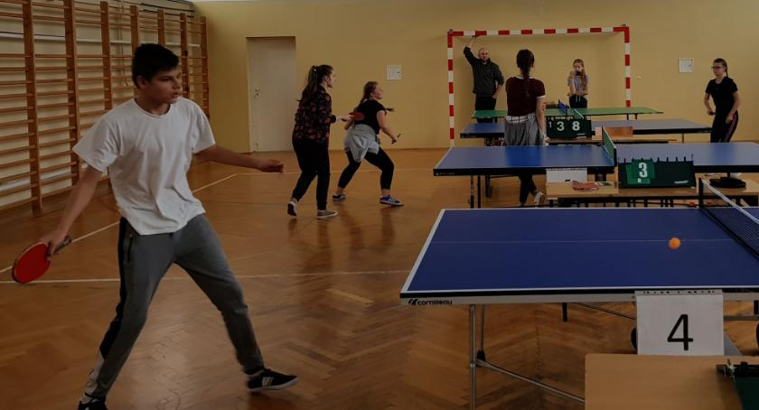 tenis ziemny tenis stołowy badminton, Młodzież rywalizowała tenisie stołowym - zdjęcie, fotografia