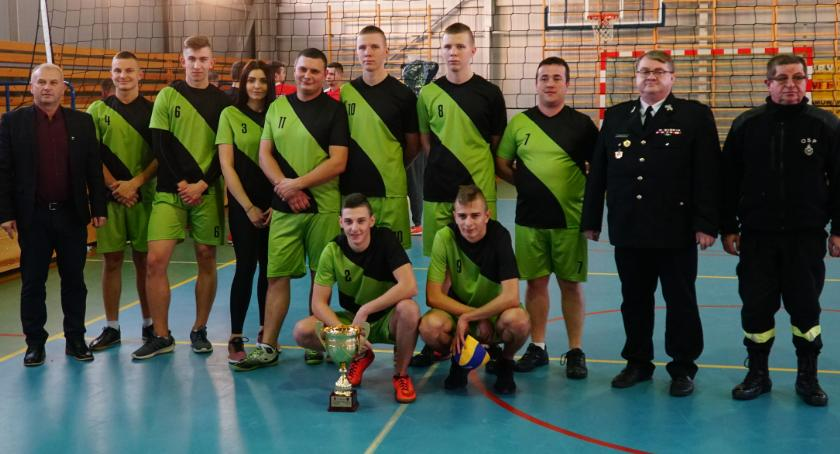 siatkówka piłka ręczna, Strażacy ochotnicy gminy Zambrów rywalizowali piłce siatkowej [foto] - zdjęcie, fotografia
