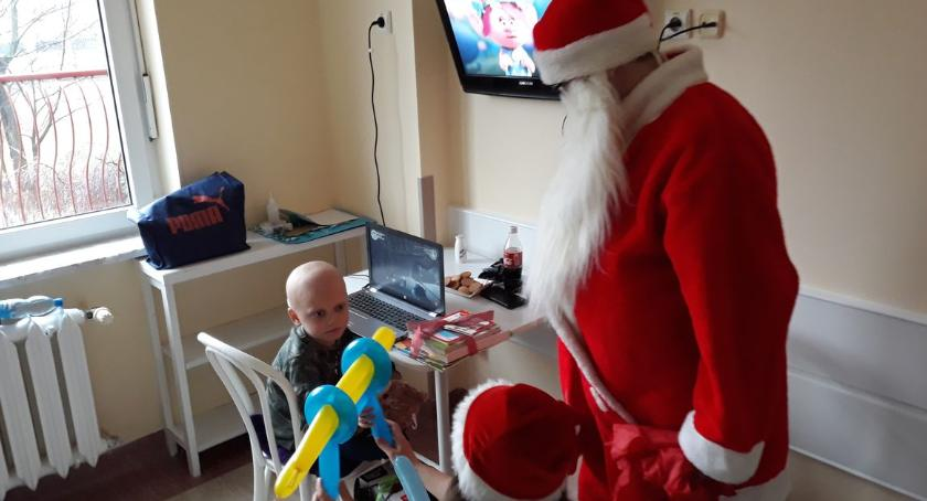 charytatywne wolontariat, Wyprawili święta chorym dzieciom - zdjęcie, fotografia