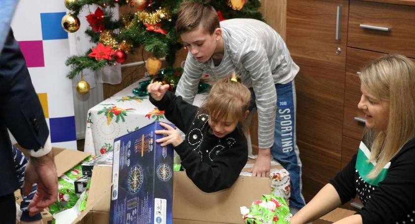 charytatywne wolontariat, Bajkowa Fabryka Nadziei przekazała paczki dzieciom zambrowskiego dziecka [foto] - zdjęcie, fotografia