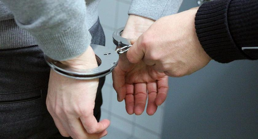 sprawy kryminalne, Tymczasowy areszt sprawców rozboju stacji paliw - zdjęcie, fotografia