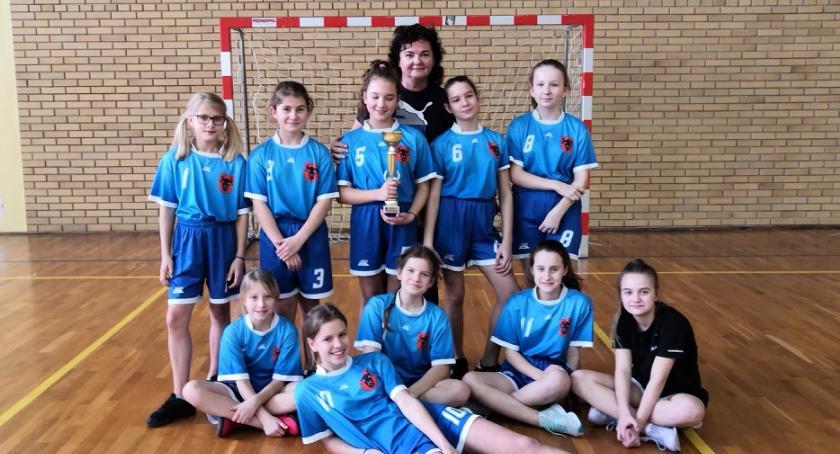 siatkówka piłka ręczna, Dzieci powiatu zambrowskiego zmierzyły piłce ręcznej - zdjęcie, fotografia