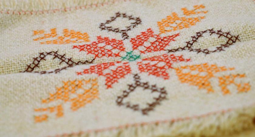 wernisaże spotkania, Ręcznie haftowane obrusy można zobaczyć zambrowskiej Galerii Sztuki Labirynt [foto] - zdjęcie, fotografia
