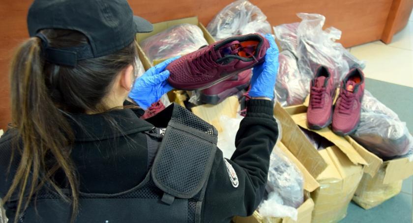 sprawy kryminalne, Celnicy przechwycili blisko podrobionego obuwia - zdjęcie, fotografia