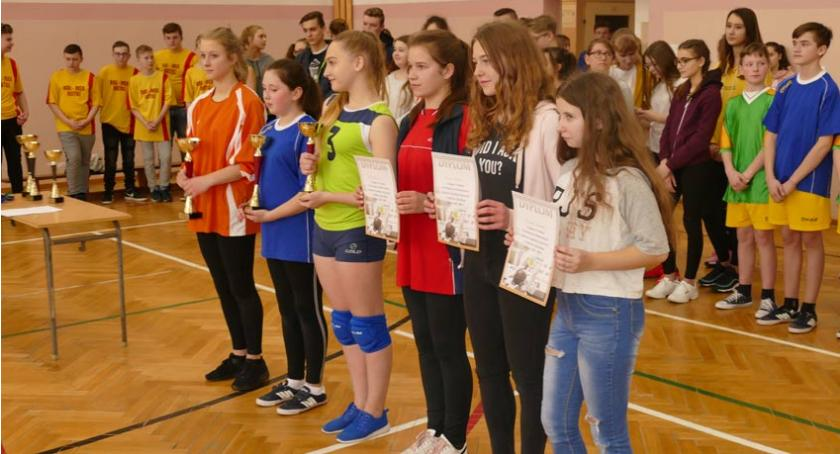 siatkówka piłka ręczna, Rozegrano Powiatowe Mistrzostwa siatkówce - zdjęcie, fotografia
