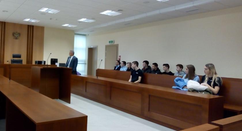 edukacja, Uczniowie rozprawie sądowej - zdjęcie, fotografia