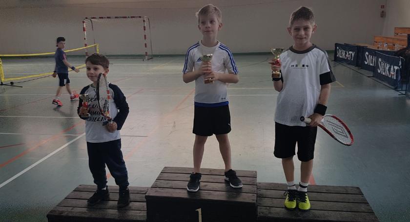 tenis ziemny tenis stołowy badminton, Młodzi tenisiści Zambrowa zdominowali turniej Piszu - zdjęcie, fotografia