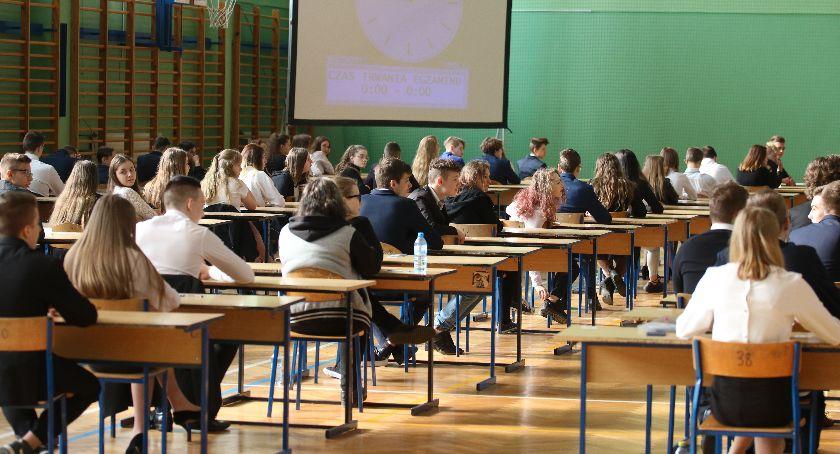 edukacja, Dziś testach ósmoklasisty uczniowie mierzą matematyką ARKUSZE EGZAMINACYJNE - zdjęcie, fotografia