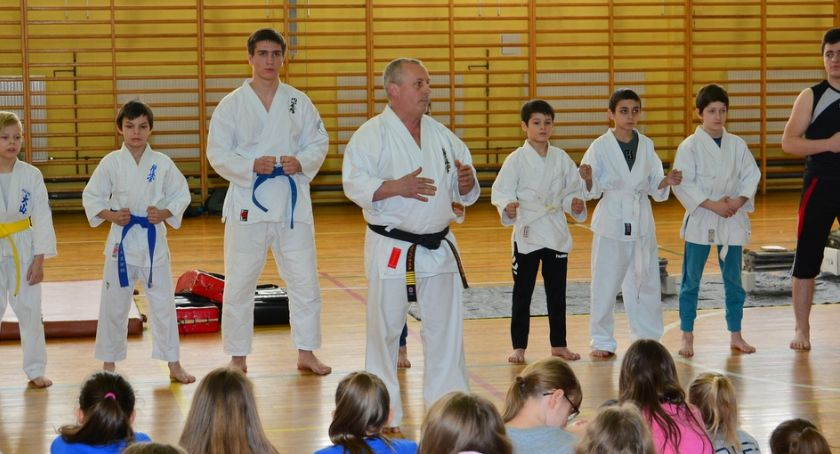 karate i sztuki walki, Pokazy karate zambrowskich podstawówkach - zdjęcie, fotografia