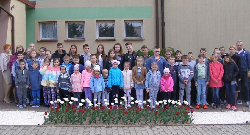 edukacja, Żywa flaga zakwitła przed Szkołą Podstawową Starym Laskowcu - zdjęcie, fotografia