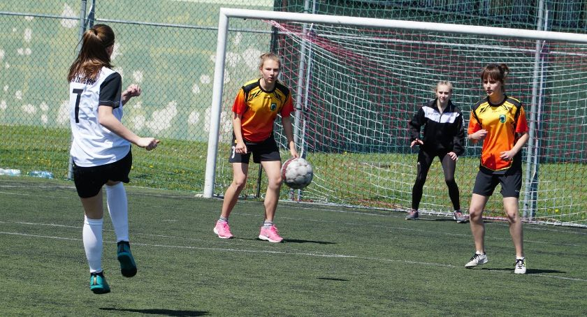 piłka nożna futsal, Rozegrano Powiatowe Igrzyska Młodzieży piłce nożnej dziewcząt chłopców [foto] - zdjęcie, fotografia