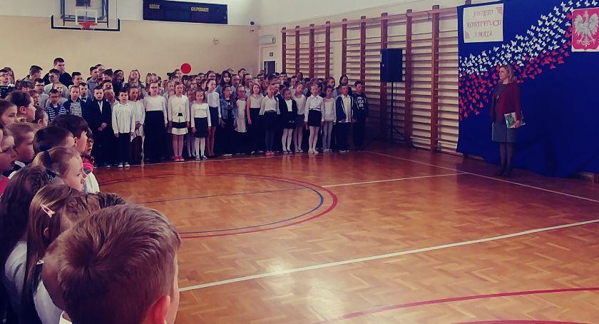 edukacja, Uczniowie zambrowskiej Trójki wspominali rocznicę uchwalenia Konstytucji - zdjęcie, fotografia