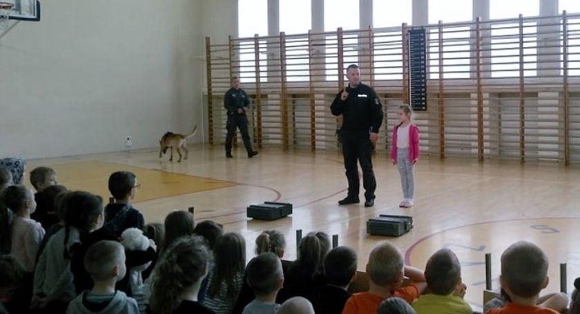 edukacja, Funkcjonariusze służby więziennej Miejskim Przedszkolu - zdjęcie, fotografia
