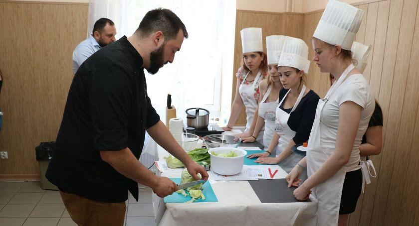 zdrowie i uroda, Kuroń żoną Anetą uczyli młodzież gospdarności kuchni [foto] - zdjęcie, fotografia
