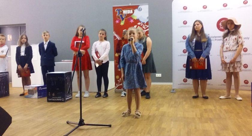 """edukacja, Uczennica """"Trójki"""" wyśpiewała miejsce konkursie """"Wygraj szansę"""" - zdjęcie, fotografia"""