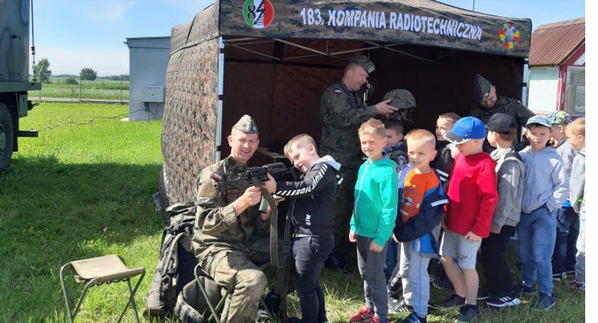 rekreacja wypoczynek, Przedszkolaki jednostce wojskowej - zdjęcie, fotografia