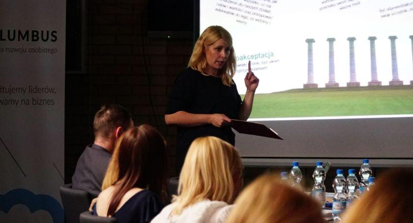 organizacje pozarządowe, Julita Kobus mówiła budowaniu poczucia własnej wartości [foto] - zdjęcie, fotografia
