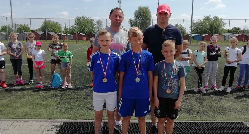 bieganie lekkoatletyka unihokej, Powiatowe Igrzyska Dzieci trójboju lekkoatletycznym - zdjęcie, fotografia