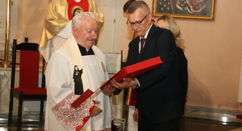 religia, Pożegnanie proboszcza Mariana Olszewskiego Dołączył grona honorowych obywateli miasta [foto] - zdjęcie, fotografia