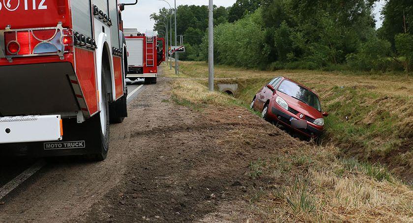 wypadki drogowe , Renault wpadło poślizg wylądowało rowie [foto] - zdjęcie, fotografia