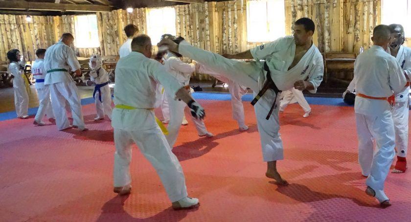 karate i sztuki walki, Karatecy ćwiczyli podczas letniego obozu - zdjęcie, fotografia