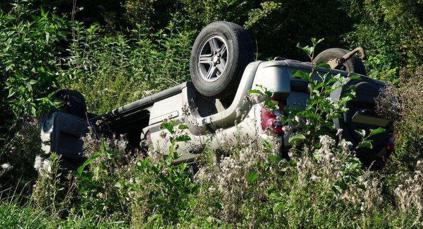 wypadki drogowe , dachował nieopodal Szelig Leśnicy [foto] - zdjęcie, fotografia