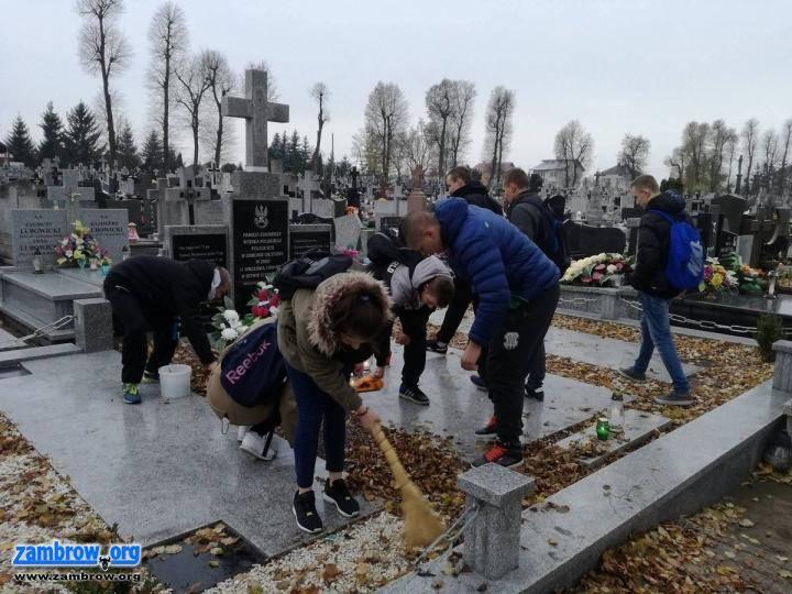 edukacja, Młodzież porządkowała groby żołnierzy [foto] - zdjęcie, fotografia