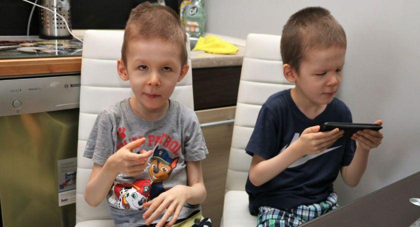 """interwencje, niepełnosprawnych bliźniąt """"Dzieci więźniami własnego domu"""" [foto] - zdjęcie, fotografia"""