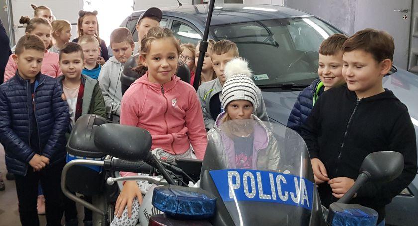 """edukacja, Uczniowie """"Trójki"""" odwiedzili zambrowską policję - zdjęcie, fotografia"""