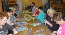 Panie z gminy Szumowo poznały tajniki powstawania wyrobów z papierowej wikliny