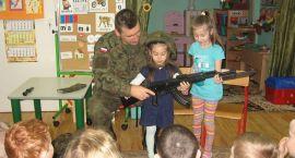 """Dzieci z """"Biedronek"""" poznają różne zawody [foto]"""