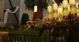 Wierni święcą pokarmy i czuwają przy symbolicznych grobach Jezusa
