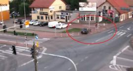 Auto wjechało na chodnik w centrum miasta [video]