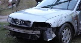 """Uwaga śliskie drogi! Audi """"wylądowało"""" na słupie [foto]"""
