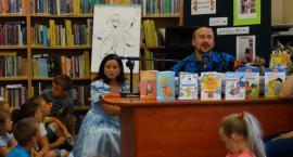 Edyta Zarębska z mężem spotkała się z dziećmi w Bibliotece Gminnej w Szumowie