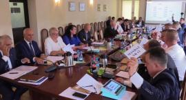 """Zambrowscy radni nie zgodzili się na """"ustawową"""" obniżkę pensji dla burmistrza [retransmisja]"""
