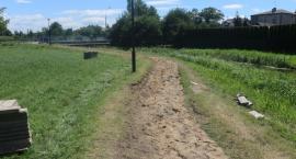 Nowy ciąg pieszo-rowerowy z barierkami powstaje wzdłuż Jabłonki [foto]