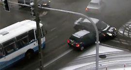 Kolizja na skrzyżowaniu w centrum miasta. Nie działała sygnalizacja świetlna [video]