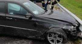 """Mercedes wjechał w barierkę na krajowej """"ósemce"""" [foto]"""