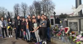 Uczniowie Trójki dbają o lokalne miejsca pamięci